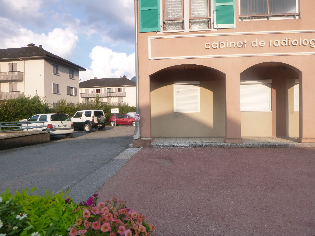 FAVERGES. LOCAL COMMERCIAL/BUREAUX AVEC GARAGE ET PARKING PRIVATIF